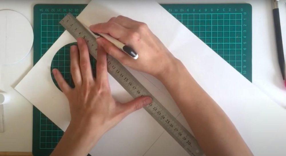 寸法を下書きするカッターで切る