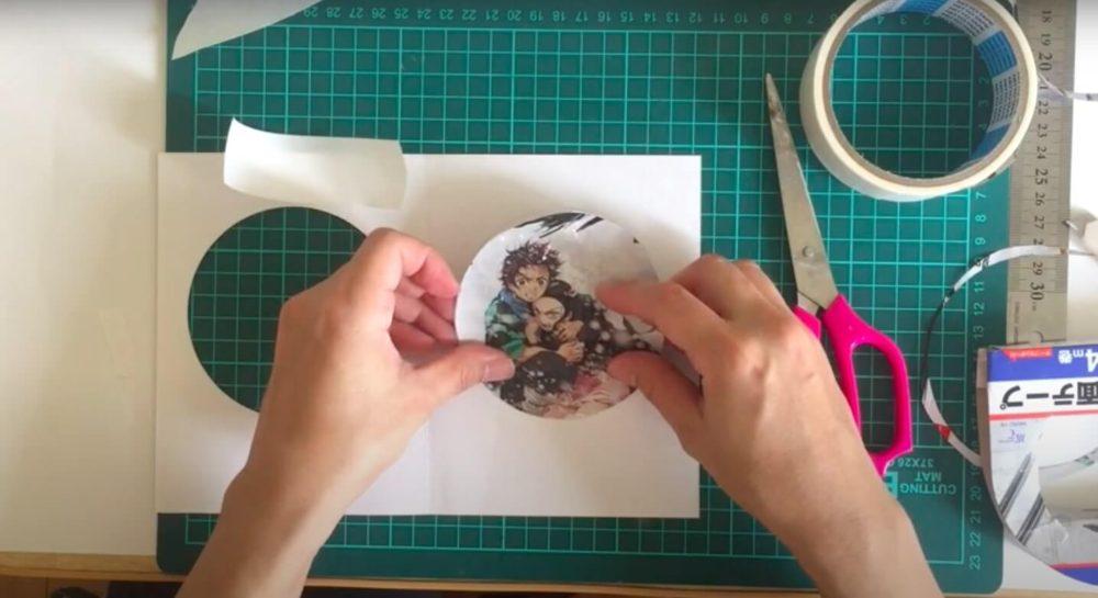 カッターで切るパッケージのイラストを貼る
