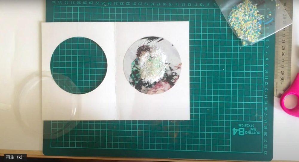 パッケージのイラストを貼るスノーパウダーを入れてプラスチックを貼り付ける