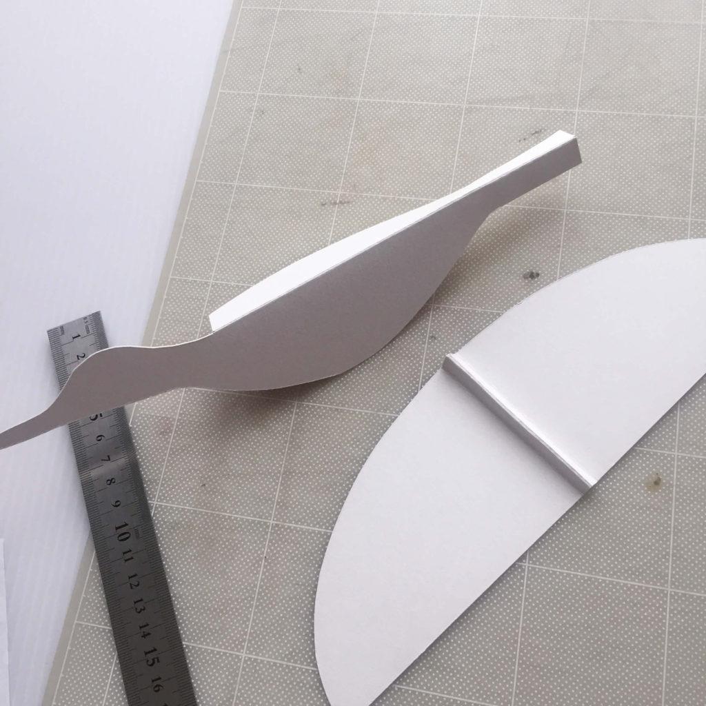 パタパタ鳥の型紙を切る